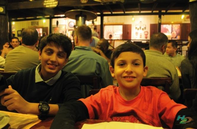 criancas-em-bonito-restaurante